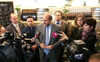 El vicepresidente de Castilla-La Mancha visita la microcervecería de Arriaca
