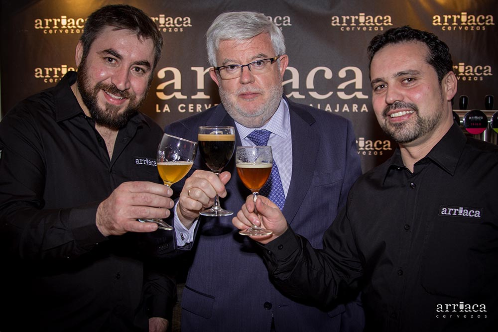 Carlos Maribona, responsable de Salsa de Chiles, junto a José Ángel Santiago y Jesús León, de Cervezas Arriaca